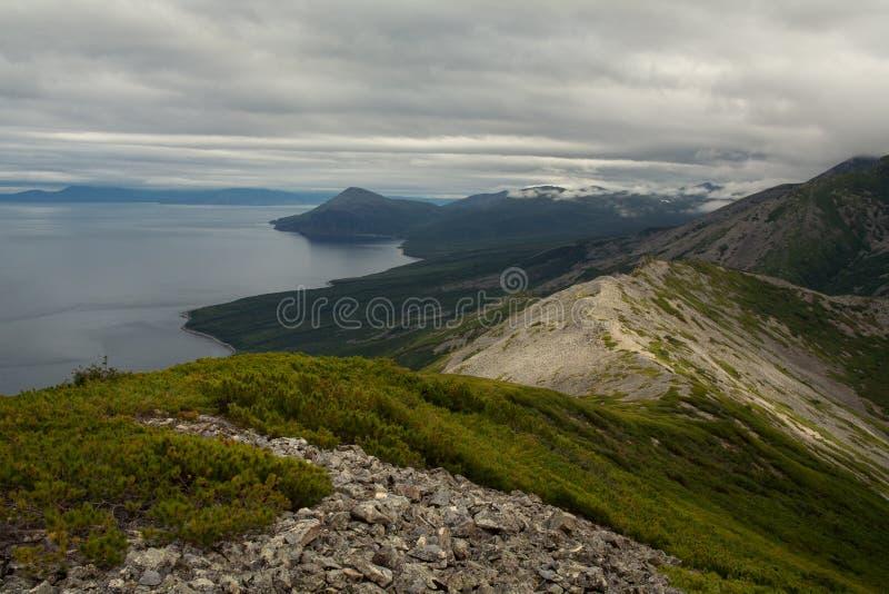 Η παράκτια σειρά βουνών επάνω από τον κόλπο στοκ εικόνες με δικαίωμα ελεύθερης χρήσης