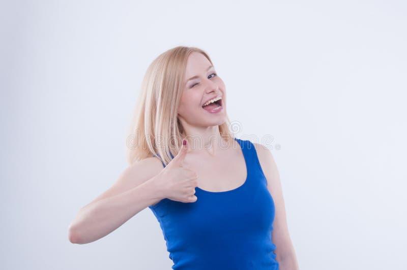 Η παραγωγή γυναικών φυλλομετρεί επάνω τη χειρονομία απομονωμένο στο λευκό υπόβαθρο Γυναίκα που καθιστά το σημάδι εντάξει, καλός μ στοκ εικόνα