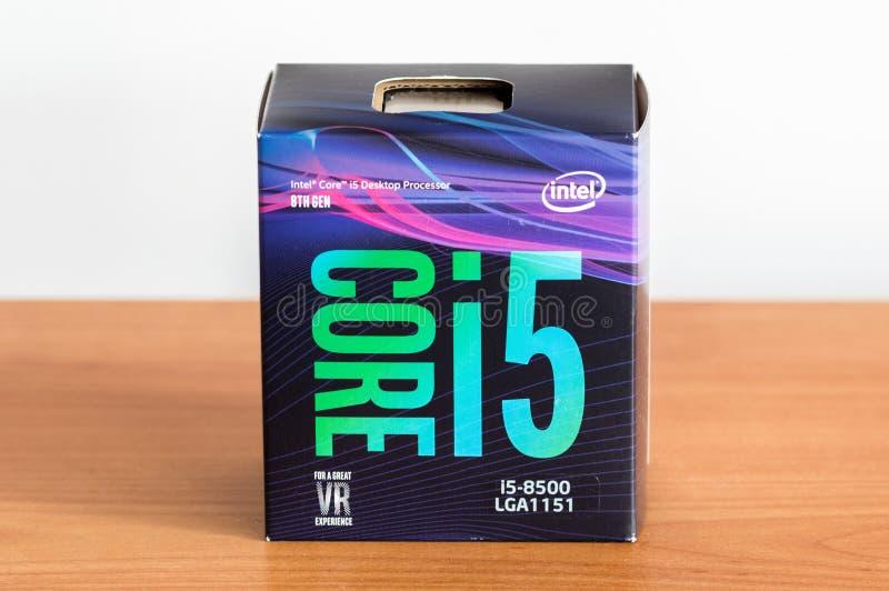 8η παραγωγή επεξεργαστών υπολογιστών γραφείου πυρήνων i5-8500 της Intel στο κιβώτιο στοκ εικόνες