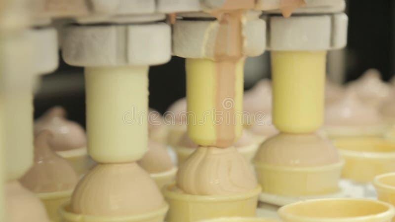 Η παραγωγή παγωτού, κορνέτα, μαλακή μαλακός-εξυπηρετεί τον ψυκτήρα απόθεμα βίντεο