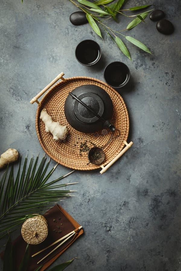Η παραδοσιακή ασιατική ρύθμιση τελετής τσαγιού, επίπεδη βάζει στοκ εικόνες