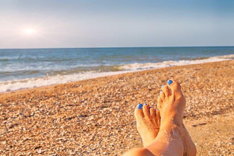 Η παραλία θάλασσας ευτυχής χαλαρώνει holidiays την έννοια διακοπών, μπλε ωκεανός θερινών ήλιων ελεύθερου χρόνου Seascape χαλαρώνε στοκ εικόνα