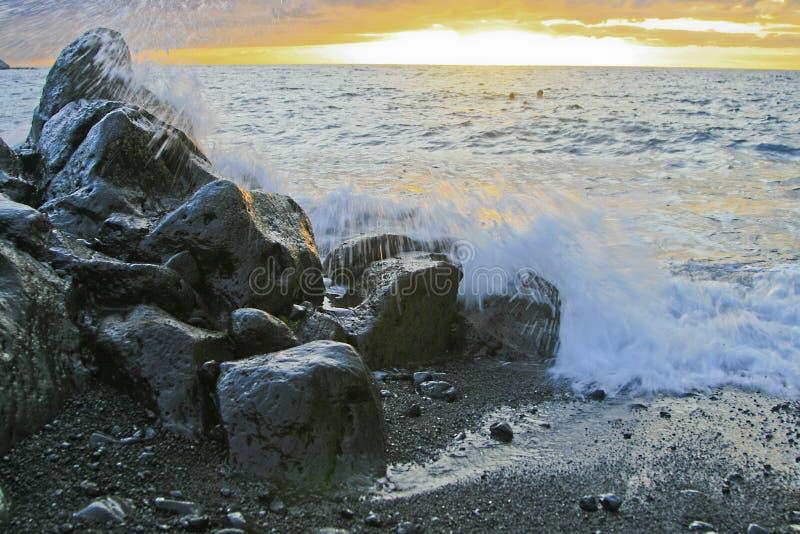 η παραλία λικνίζει το ηφαίστειο στοκ φωτογραφία