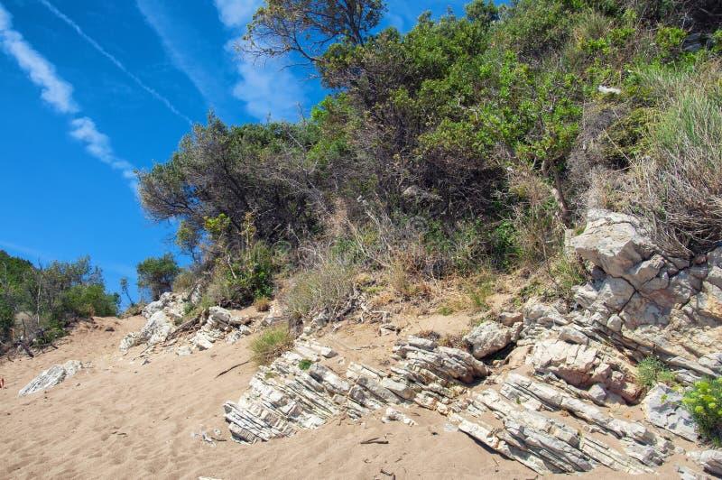Η παραλία της βασίλισσας βρίσκεται κοντά στο θέρετρο Chan στο δήμο του φραγμού, Μαυροβούνιο στοκ εικόνα με δικαίωμα ελεύθερης χρήσης