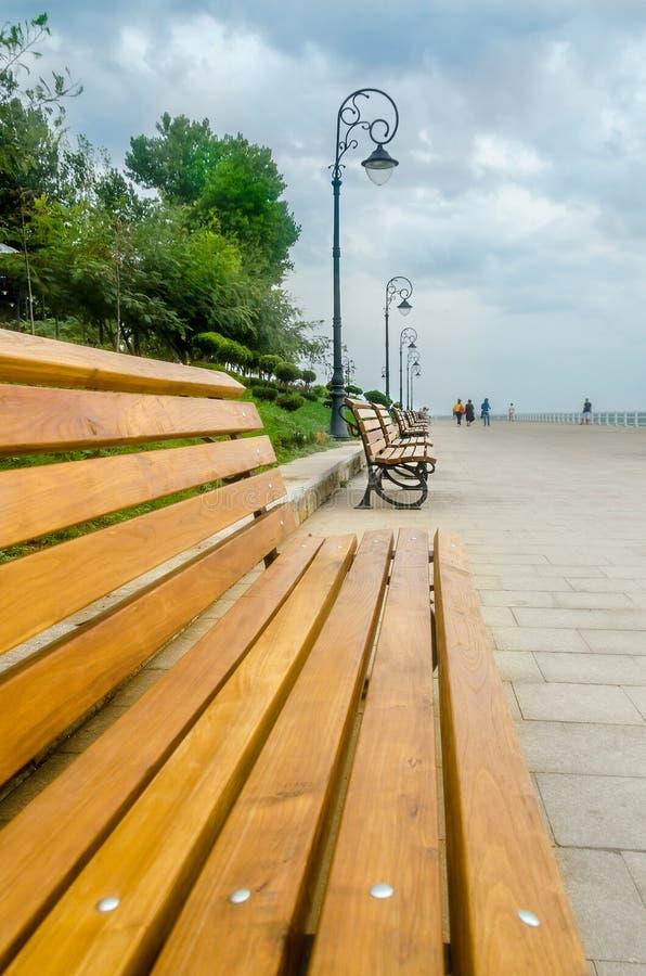Η παραλία Μαύρης Θάλασσας, παραλία (προκυμαία) με τους χρωματισμένους πάγκους και τους πόλους φωτισμού στοκ φωτογραφίες