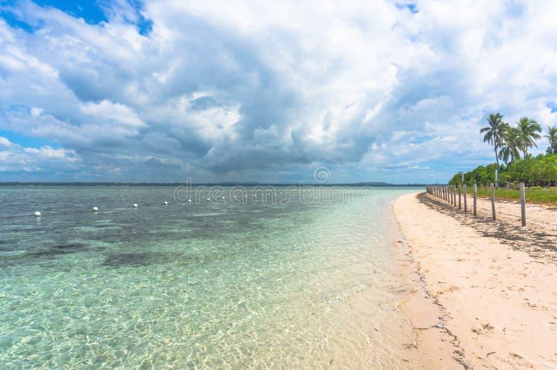 Η παραλία στο φιλιππινέζικο με το τυρκουάζ νερό στοκ εικόνες