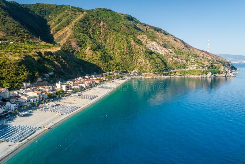 Η παραλία Scilla Καλαβρία, νότια Ιταλία κατά τη διάρκεια του καλοκαιριού στοκ φωτογραφίες με δικαίωμα ελεύθερης χρήσης