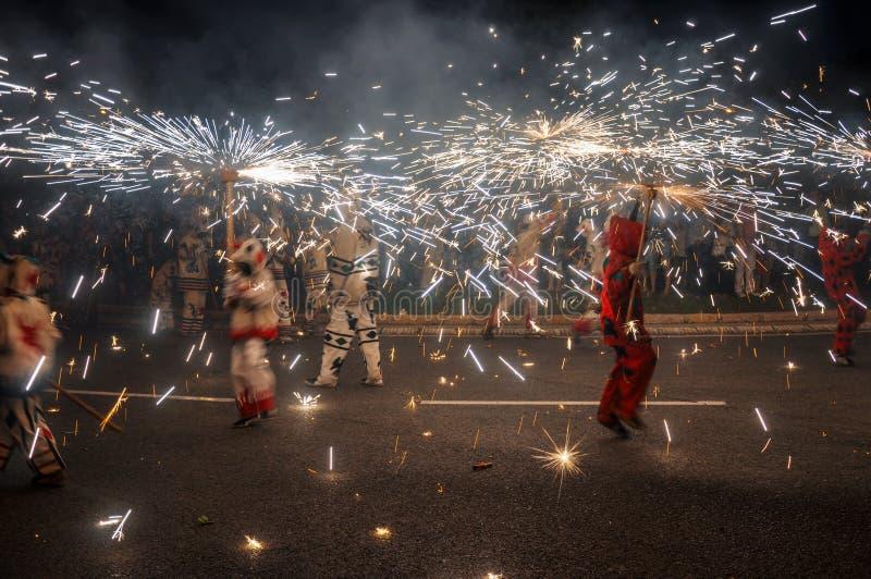 Η παραδοσιακή πυρκαγιά correfocs τρέχει την απόδοση Reus, Ισπανία στοκ εικόνες