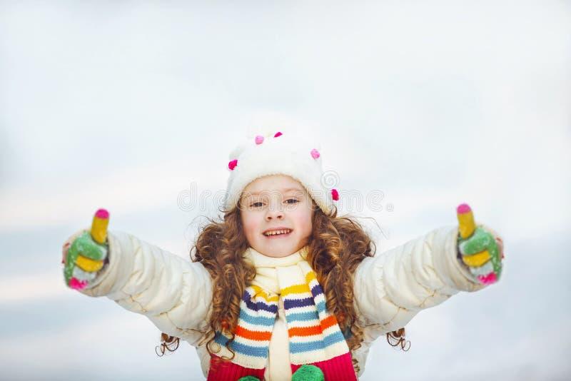 Η παρουσίαση κοριτσιών γέλιου φυλλομετρεί επάνω στοκ φωτογραφίες