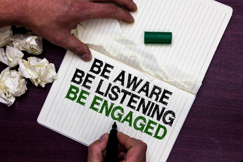 Η παρουσίαση σημαδιών κειμένων γνωρίζει ότι ακούει είναι δεσμευμένος Η εννοιολογική φωτογραφία παίρνει την προσοχή στη σημείωση δ στοκ εικόνες
