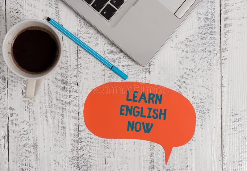Η παρουσίαση σημαδιών κειμένων μαθαίνει τα αγγλικά τώρα Το εννοιολογικό κέρδος φωτογραφιών ή αποκτά τη γνώση και την ικανότητα αγ στοκ εικόνες