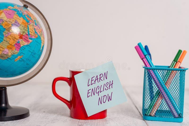 Η παρουσίαση σημειώσεων γραψίματος μαθαίνει τα αγγλικά τώρα Το κέρδος επίδειξης επιχειρησιακών φωτογραφιών ή αποκτά τη γνώση και  στοκ φωτογραφία με δικαίωμα ελεύθερης χρήσης