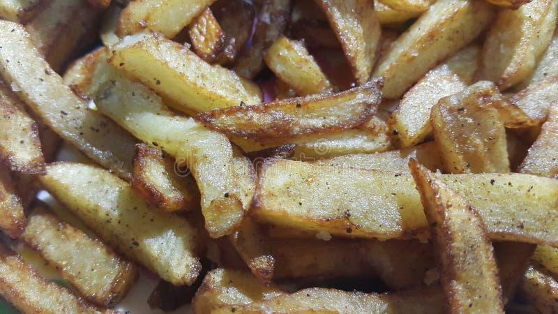 Η πατάτα τηγάνισε ή έψησε τις φέτες στο καθαρό υπόβαθρο με το διάστημα αντιγράφων για το κείμενο στοκ φωτογραφία με δικαίωμα ελεύθερης χρήσης