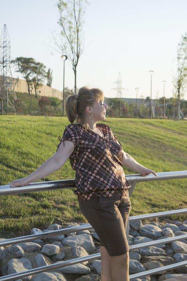Η παχιά γυναίκα στο πάρκο στοκ φωτογραφίες με δικαίωμα ελεύθερης χρήσης