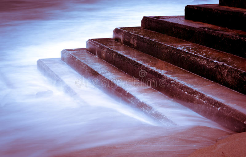 Η παλίρροια πλημμύρισε τα σκαλοπάτια στοκ φωτογραφίες