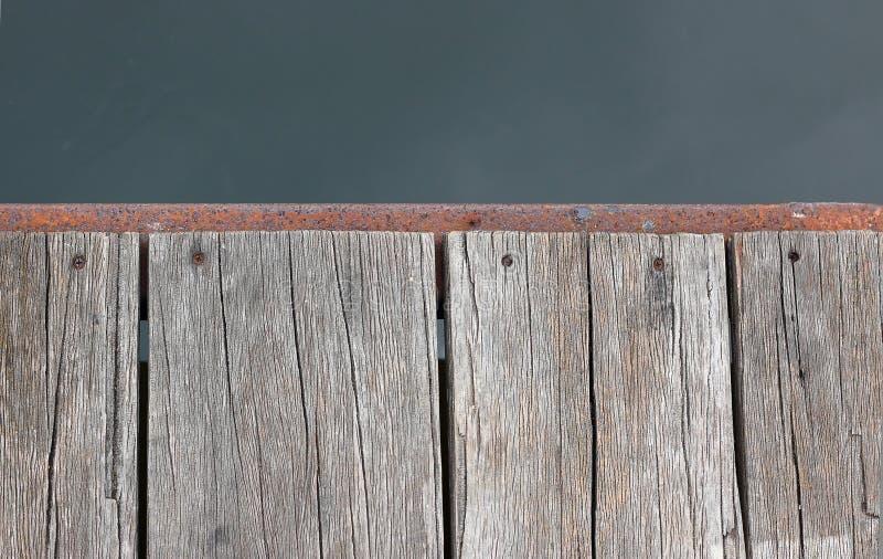 Η παλαιά ξύλινη αποβάθρα στην όχθη ποταμού είναι ενεργός στοκ φωτογραφία με δικαίωμα ελεύθερης χρήσης