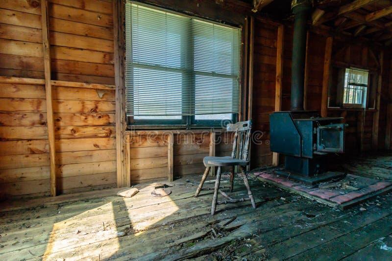 Η παλαιά ξύλινη σόμπα στοκ εικόνες