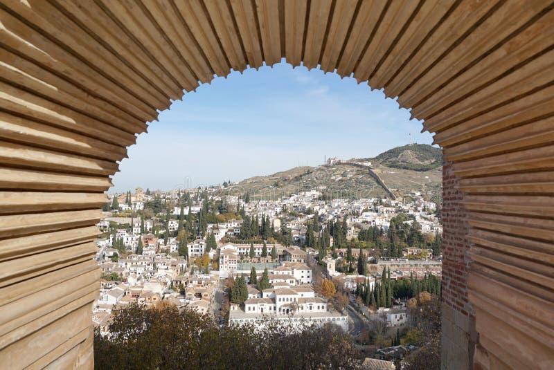 Η παλαιά πόλη Albayzin με τον παραδοσιακό δένει την αψίδα ύφους στοκ εικόνα