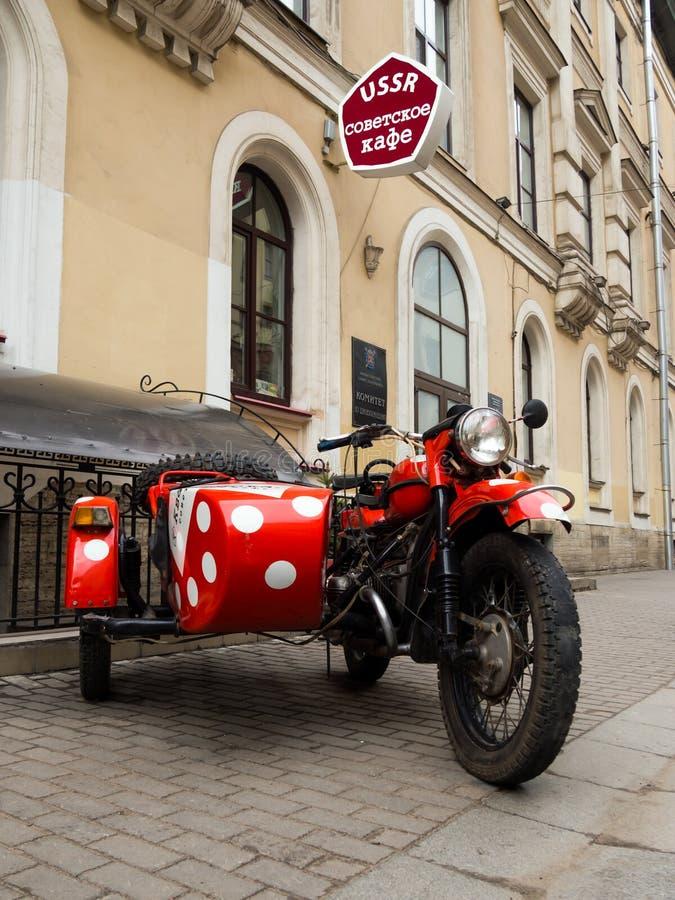 Η παλαιά σοβιετική μοτοσικλέτα στην είσοδο του καφέ της ΕΣΣΔ στην οδό της Μαλαισίας Sadovaya στοκ εικόνες με δικαίωμα ελεύθερης χρήσης