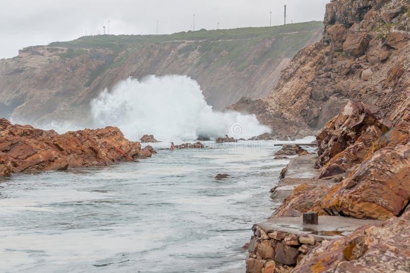 Η παλιρροιακή πισίνα σημείου σε Mosselbay στοκ εικόνες