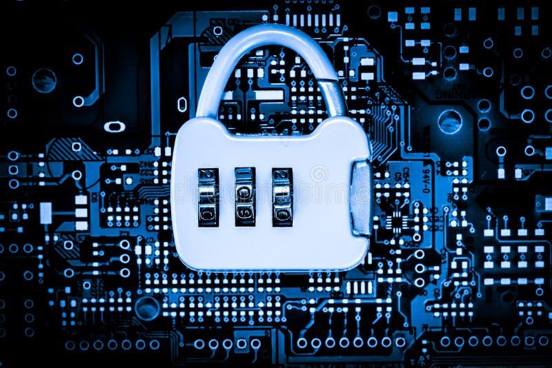 Η περίληψη, κλείνει επάνω της κλειδαριάς στο υπόβαθρο ηλεκτρονικών υπολογιστών Mainboard καλύτερη τοπ ασφάλεια Διαδικτύου στοκ φωτογραφία