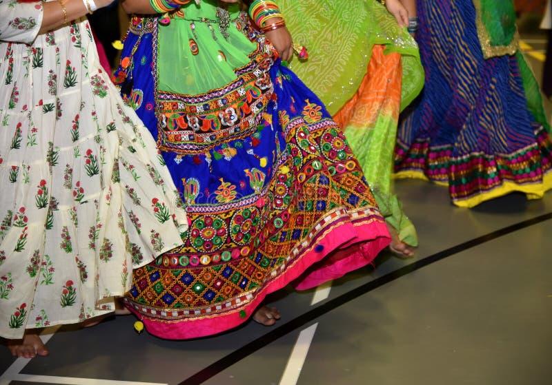 Η περίληψη των γυναικών που φορούν το παραδοσιακό ινδικό λαϊκό φόρεμα που εκτελεί το garba και το dandiya χορεύει κατά τη διάρκει στοκ εικόνα με δικαίωμα ελεύθερης χρήσης
