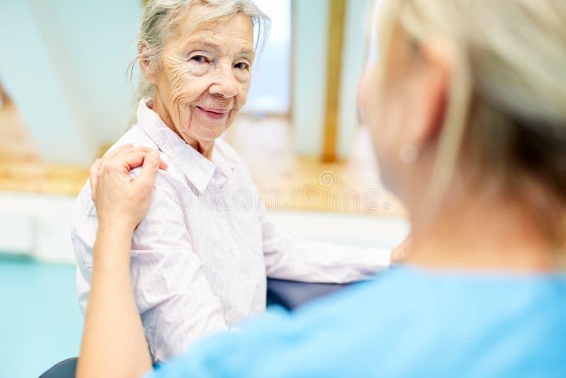 Η περιποίηση φροντίζει ένα άτομο τρίτης ηλικίας στοκ φωτογραφία