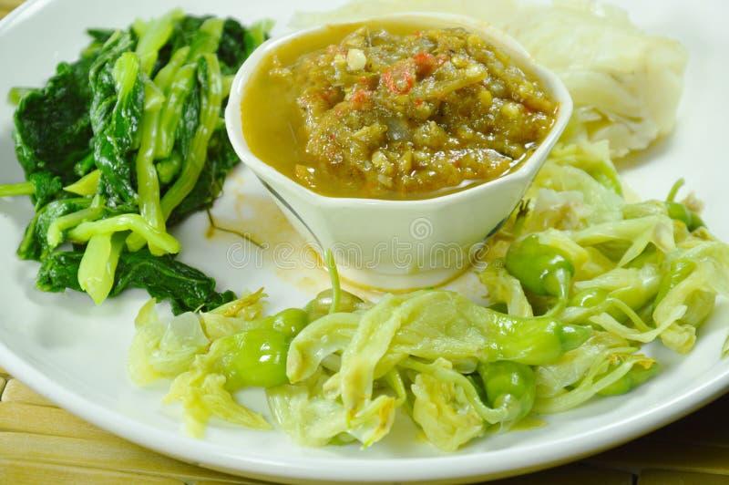 Η πεταλοειδής κόλλα τσίλι καβουριών τρώει το ζεύγος με βρασμένο το ποικιλία λαχανικό στο πιάτο στοκ φωτογραφίες με δικαίωμα ελεύθερης χρήσης