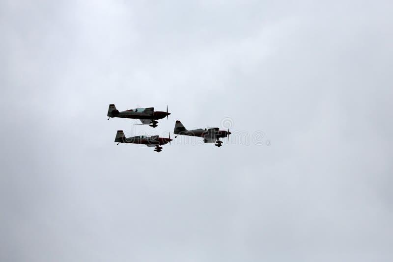 Η πετώντας επίδειξη και aerobatic παρουσιάζει σε Malopolski Piknik Lotniczy στοκ φωτογραφίες