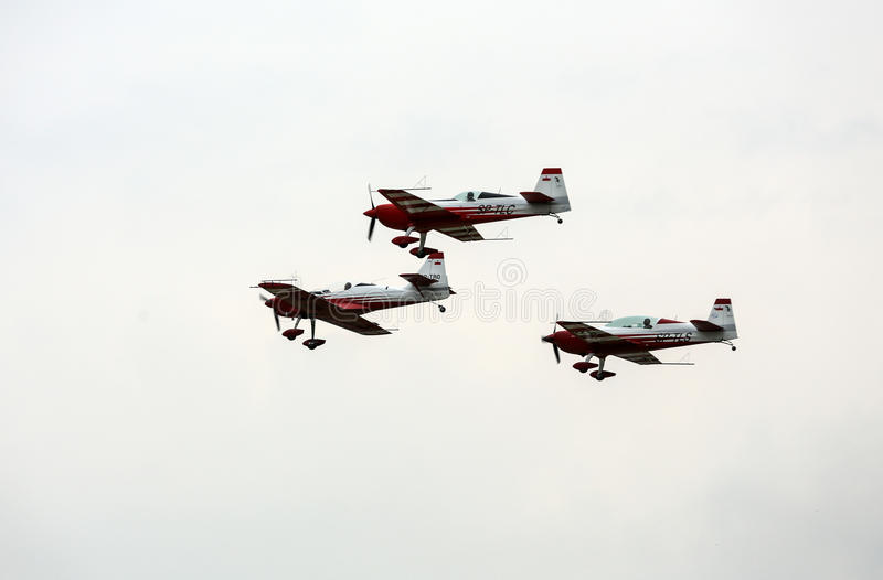 Η πετώντας επίδειξη και aerobatic παρουσιάζει σε Malopolski Piknik Lotniczy στοκ φωτογραφία με δικαίωμα ελεύθερης χρήσης