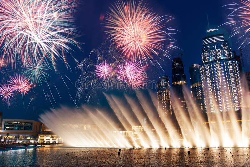 Η πηγή λεωφόρων του Ντουμπάι παρουσιάζει τη νύχτα στοκ φωτογραφία με δικαίωμα ελεύθερης χρήσης