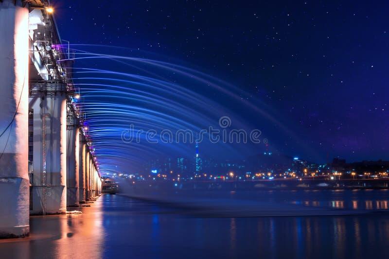 Η πηγή ουράνιων τόξων παρουσιάζει και γαλακτώδης τρόπος στη γέφυρα Banpo στην Κορέα στοκ εικόνα με δικαίωμα ελεύθερης χρήσης