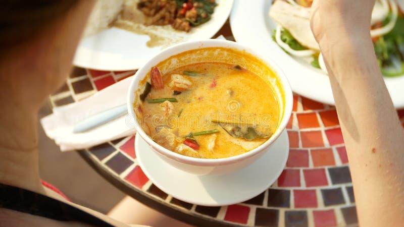 Η πικάντικη σούπα γαρίδων είναι ένα ταϊλανδικό πιάτο με το ξινό και πικάντικο γούστο το με μεγάλο στήθος κορίτσι σε ένα μπικίνι τ στοκ φωτογραφία με δικαίωμα ελεύθερης χρήσης
