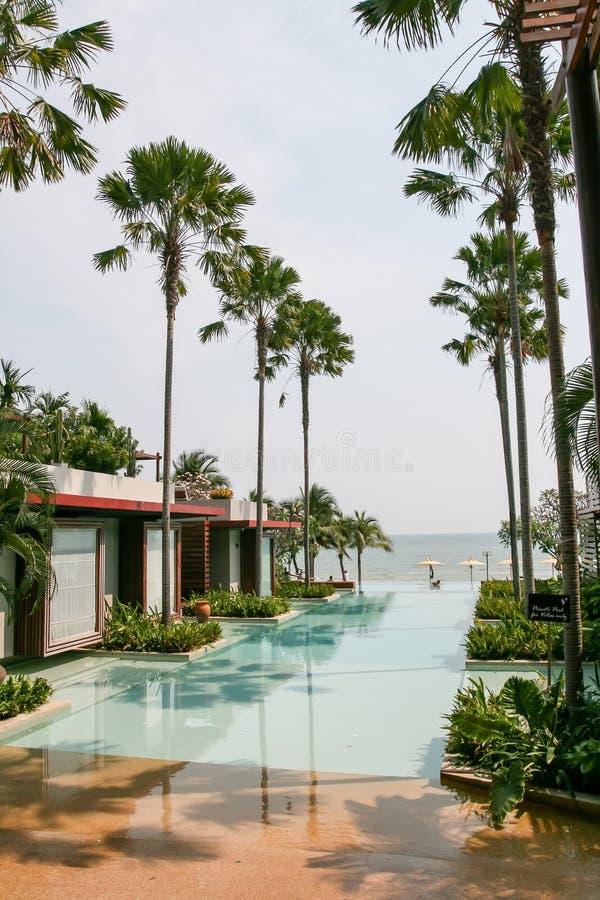 Η πισίνα ξενοδοχείων ` s, δίπλα στην όμορφες άποψη και τη στέγαση θάλασσας στοκ εικόνα με δικαίωμα ελεύθερης χρήσης