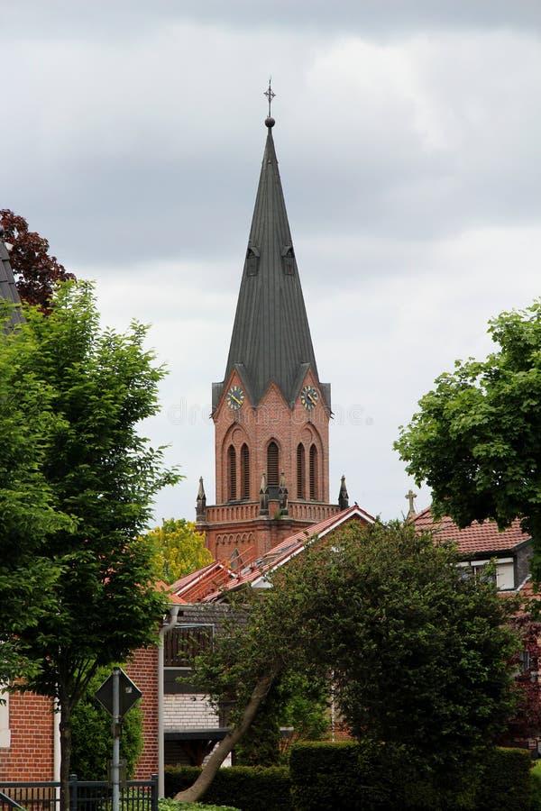Η πιό στενή άποψη σχετικά με το καμπαναριό εκκλησιών στο τέλος μέσα στη Γερμανία στοκ εικόνα