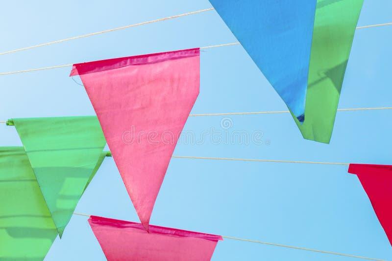 Η πλήρης τριγωνική σημαία χρώματος στη δημιουργική σύσταση και το σχέδιο για το σχέδιο και τη διακόσμηση απομονώνουν στο υπόβαθρο στοκ εικόνα με δικαίωμα ελεύθερης χρήσης