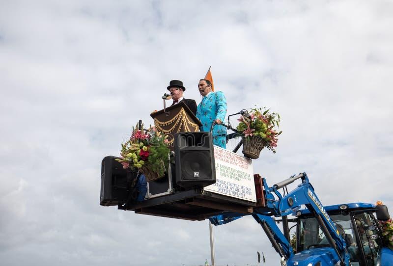 Η πλατφόρμα με τις τουλίπες και οι υάκινθοι κατά τη διάρκεια των παραδοσιακών λουλουδιών παρελαύνουν Bloemencorso από Noordwijk σ στοκ εικόνες