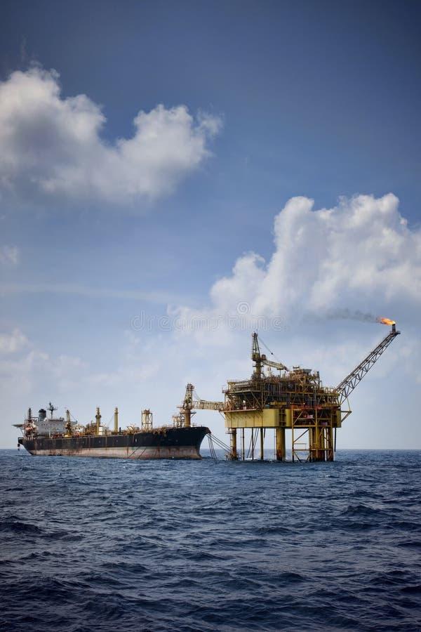 Η πλατφόρμα πετρελαίου συνδέει με τις επιπλέουσες αποθήκες παραγωγής και το ξεφόρτωμα FPSO στοκ εικόνες με δικαίωμα ελεύθερης χρήσης