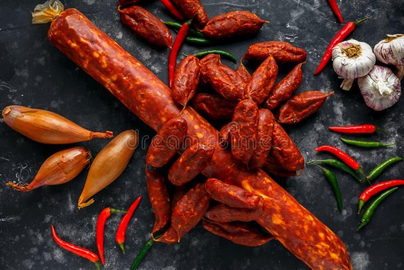 Η ποικιλία των ξηρών θεραπευμένων ισπανικών chorizo χοιρινού κρέατος λουκάνικων έκανε με την πάπρικα και το σκόρδο στοκ εικόνα