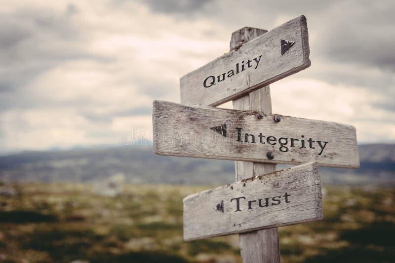 Η ποιότητα, ακεραιότητα, εμπιστοσύνη καθοδηγεί στη φύση στοκ φωτογραφίες με δικαίωμα ελεύθερης χρήσης