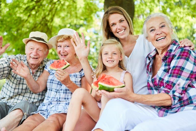 Η πολυμελής οικογένεια κάνει την εξόρμηση το καλοκαίρι στοκ εικόνα με δικαίωμα ελεύθερης χρήσης