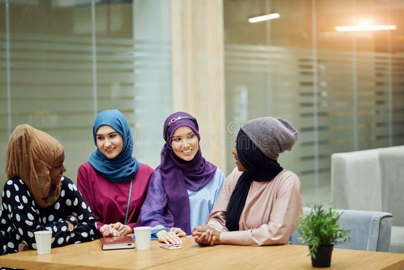 Η πολυφυλετική ομάδα μουσουλμανικών γυναικών έντυσε στα εθνικά ενδύματα που θέτουν στην ομάδα στοκ φωτογραφία με δικαίωμα ελεύθερης χρήσης