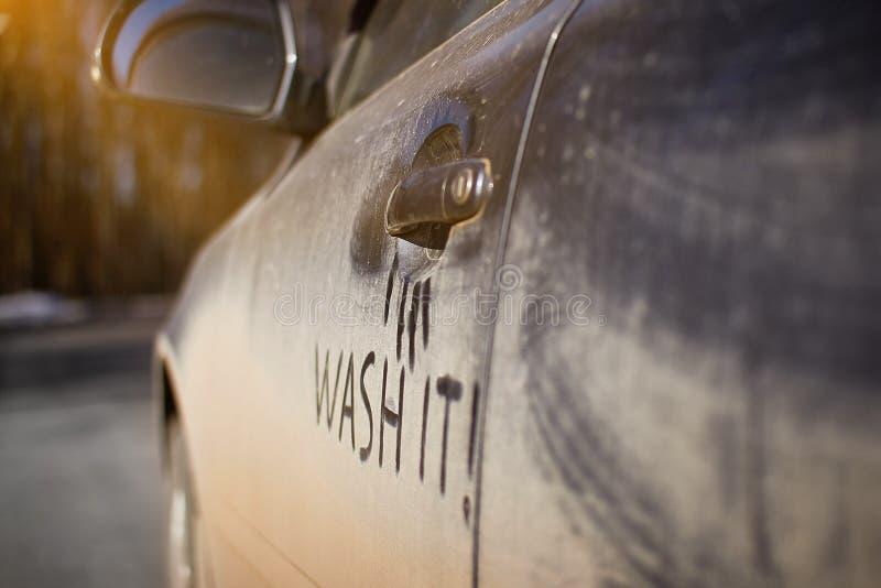 Η πολύ βρώμικη πλύση ανάγκης αυτοκινήτων με τη φράση το πλένει στην οδό στοκ φωτογραφία με δικαίωμα ελεύθερης χρήσης