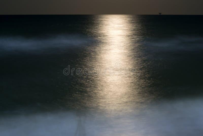 Η πορεία από το σεληνόφωτο στο θαλάσσιο νερό τη νύχτα στοκ εικόνα με δικαίωμα ελεύθερης χρήσης
