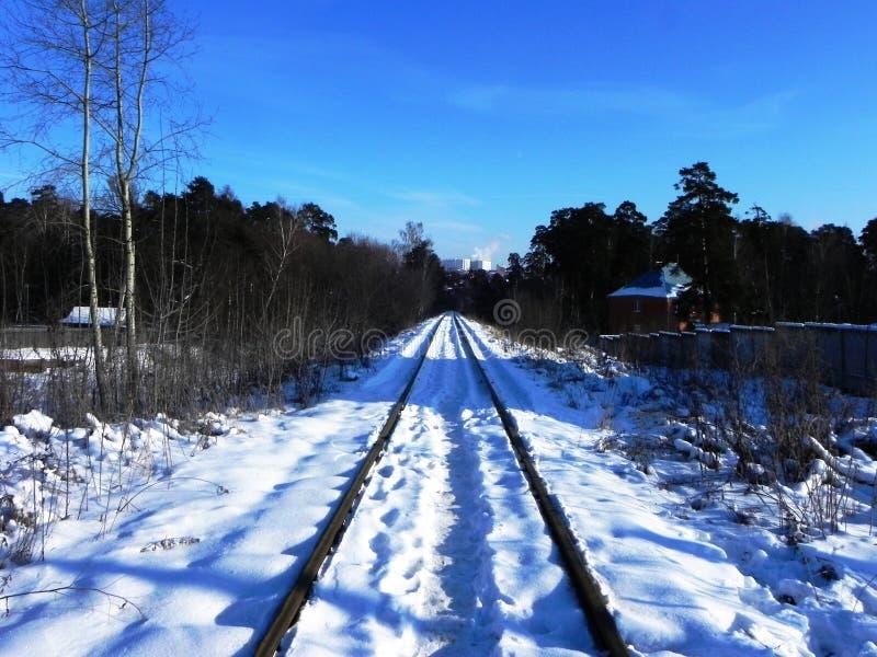 Η πορεία του σιδηροδρόμου Τα περάσματα σιδηροδρόμων μέσω των όμορφων τοπίων r στοκ φωτογραφία