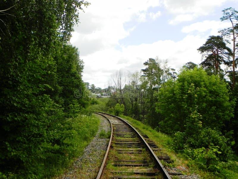 Η πορεία του σιδηροδρόμου Τα περάσματα σιδηροδρόμων μέσω των όμορφων τοπίων r στοκ φωτογραφίες