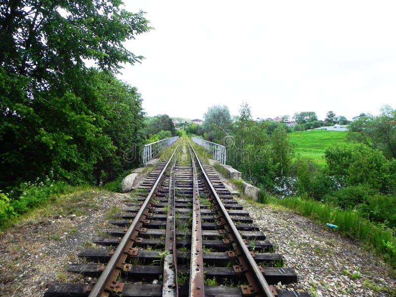 Η πορεία του σιδηροδρόμου Τα περάσματα σιδηροδρόμων μέσω των όμορφων τοπίων r στοκ εικόνα με δικαίωμα ελεύθερης χρήσης