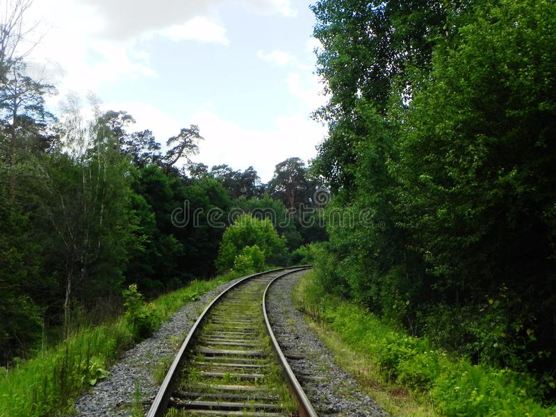 Η πορεία του σιδηροδρόμου Τα περάσματα σιδηροδρόμων μέσω των όμορφων τοπίων r στοκ φωτογραφία με δικαίωμα ελεύθερης χρήσης