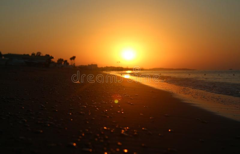 Η πορτοκαλιά σφαίρα του ήλιου αυξάνεται αργά επάνω από την ευγενή Μεσόγειο στοκ εικόνες με δικαίωμα ελεύθερης χρήσης