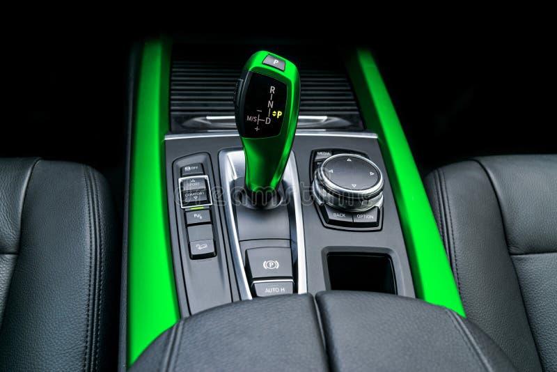 Η πράσινη αυτόματη μετάδοση ραβδιών εργαλείων ενός σύγχρονου αυτοκινήτου, τα πολυμέσα και η ναυσιπλοΐα ελέγχουν τα κουμπιά Εσωτερ στοκ φωτογραφίες